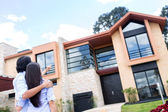Couple looking at a house — Foto de Stock