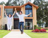 Excited couple about their house — 图库照片
