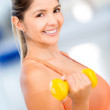 Gym woman lifting free-weights — Stock Photo