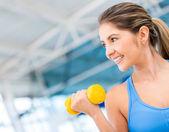 Egzersiz jimnastik salonu kadın — Stok fotoğraf