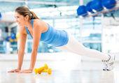 Athletic woman doing push-ups — Stock Photo