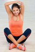 Vrouw op de sportschool zich het uitrekken — Stockfoto