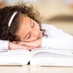 dziewczyna zmęczony czytanie książki — Zdjęcie stockowe