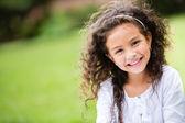 Lief klein meisje buitenshuis — Stockfoto