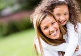 Gelukkig moeder en dochter — Stockfoto