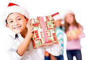 Glad pojke med en julklapp — Stockfoto
