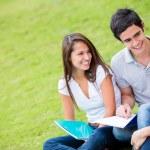 Skupina studentů mluvit venku — Stock fotografie