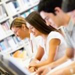 Studenten, die an der Bibliothek — Stockfoto