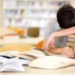 estudiante masculino agotado agotado a estudiante masculino — Foto de Stock