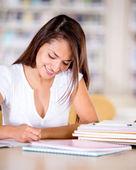 Женщина учится в библиотеке — Стоковое фото