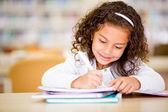 Garota estudava na escola da menina estudando na escola — Foto Stock