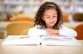 Fille de l'école une écolière livre, lire un livre de lecture — Photo
