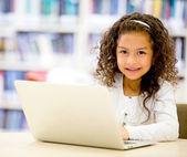 Chica con una chica de ordenador portátil utilizando una computadora portátil — Foto de Stock