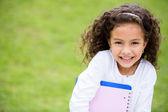 Gelukkig schoolmeisje buiten gelukkig schoolmeisje buitenshuis — Stockfoto