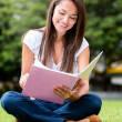 Foto Stock: Womstudying outdoors Womstudying outdoors