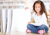 Bir kitap ile küçük kız küçük kız bir kitapla — Stok fotoğraf