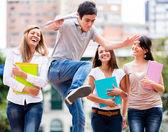 Os estudantes se divertindo os alunos se divertindo — Foto Stock