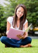 Kobieta studia na zewnątrz kobieta studia na zewnątrz — Zdjęcie stockowe