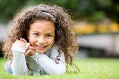 Fille heureuse à la fille heureuse de parc au parc — Photo
