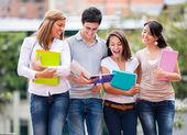 ομάδα φοιτητών περπάτημα ομάδα φοιτητών περπάτημα — Φωτογραφία Αρχείου