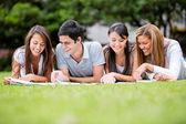 Groupe de groupe des étudiants à l'extérieur des espaces étudiants — Photo
