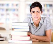 φοιτήτρια ο φοιτητής βιβλιοθήκη στη βιβλιοθήκη — Φωτογραφία Αρχείου