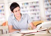 Man studeren aan de bibliotheek man studeren aan de bibliotheek — Stockfoto
