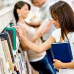 Studenten in der Bibliothek-Studenten an der Bibliothek — Stockfoto #16319533