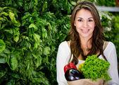 Woman buying fresh vegetables Woman buying fresh vegetables — Stock Photo
