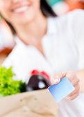 Femme en payant par carte de crédit femme en payant par carte de crédit — Photo