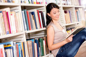 Vrouw bij de vrouw van de bibliotheek in de bibliotheek — Stockfoto