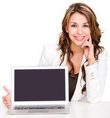 显示显示笔记本屏幕的笔记本电脑屏幕女商人的女商人 — 图库照片