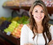 γυναίκα η γυναίκα της τοπικής αγοράς στην τοπική αγορά — Φωτογραφία Αρχείου