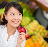Woman buying groceries Woman buying groceries — Stock Photo
