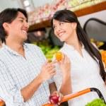 Couple grocery shopping Couple grocery shopping — Stock Photo
