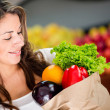 donna acquistare verdure woman comprando verdure — Foto Stock #16567385