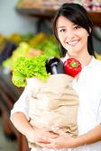 Femelle shopper avec shopper femelle épicerie avec produits d'épicerie — Photo