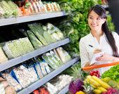 Vrouw bij de supermarkt vrouw bij de supermarkt — Stockfoto