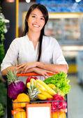 Mujer a la mujer de supermercado en el supermercado — Foto de Stock