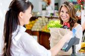 Mujer a la mujer retirada de mercados en la caja de los mercados — Foto de Stock