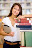 Aluna com a aluna de biblioteca na biblioteca — Foto Stock