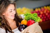 Mujer comprando a mujer verduras comprar verduras — Foto de Stock