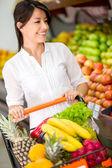 Atención al cliente al cliente del supermercado en el supermercado — Foto de Stock