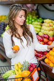 Woman shopping for groceries Woman shopping for groceries — Stock Photo