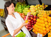 Mujer comprando a mujer fruta fresca, compra fruta fresca — Foto de Stock