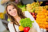 Frau bei der Supermarkt-Frau im Supermarkt — Stockfoto