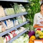 Woman shopping groceries Woman shopping groceries — Stock Photo