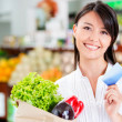 Shopping woman with credit card Shopping woman with credit card — Stock Photo