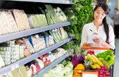 Frau einkaufen lebensmittel frau einkaufen lebensmittel — Stockfoto