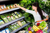 Woman grocery shopping Woman grocery shopping — Stock Photo